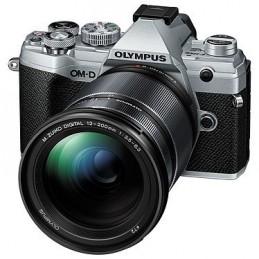 Olympus E-M5 Mark III Argent + 12-200 mm Noir